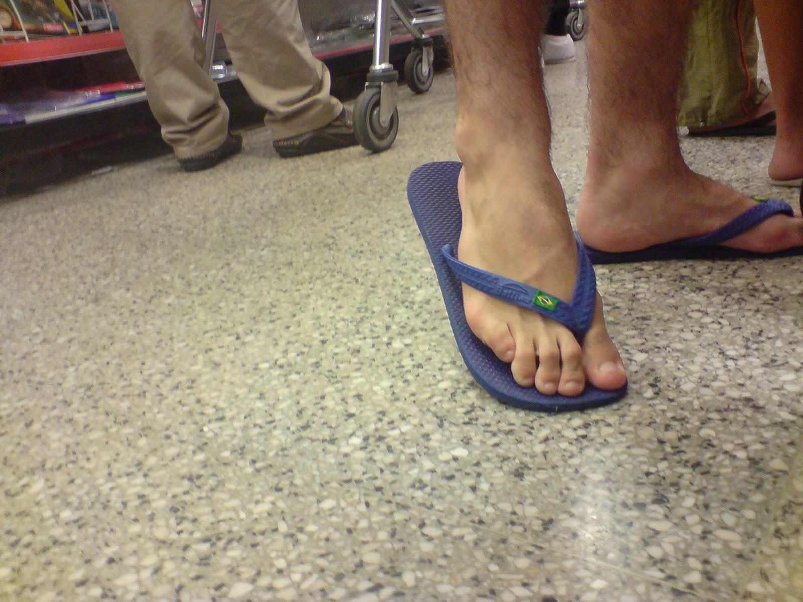 Beaux pieds de mecs en tongs Gay skets - Leche mes skets