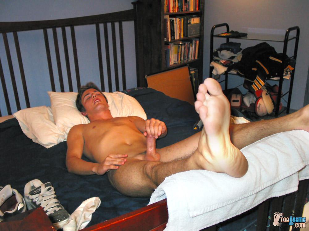Lécher mes pieds esclave garçon
