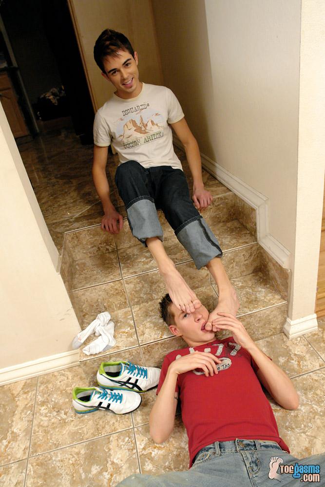 Amant gay de frottement des pieds