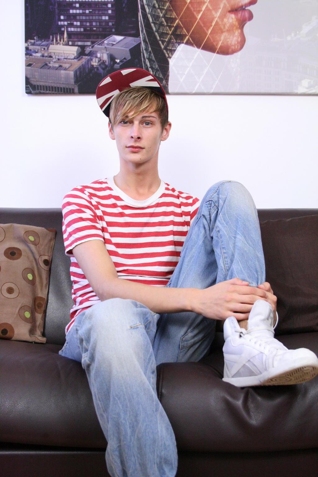 jeune mec en sneakers