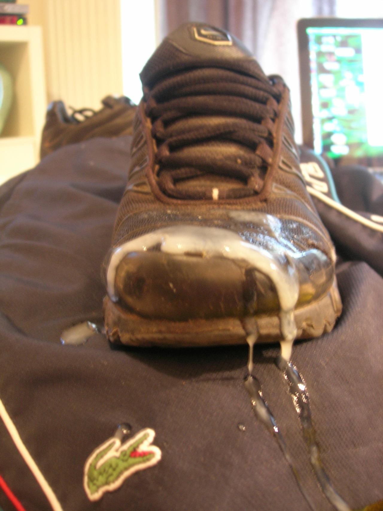 sperme sur sneakers